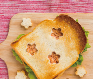 鮭フレークとチーズの桜色トースト