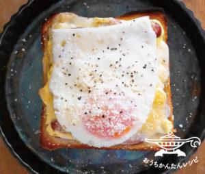 目玉焼きとウインナーのマヨチーズトースト