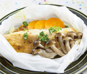 サーモンと野菜の紙包み蒸しカレーみそソース